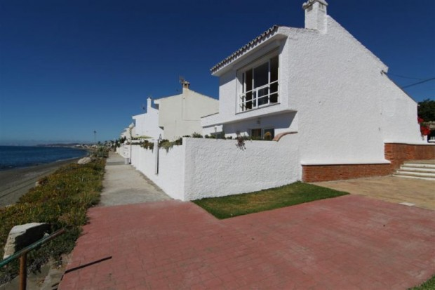 3 bedroom villa for sale in Estepona just 10m from the beach